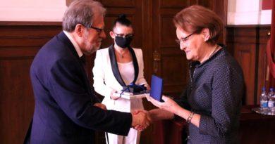 Medal Homini Vere Academico dla prof. Sławomiry Wronkowskiej-Jaśkiewicz fot. UAM