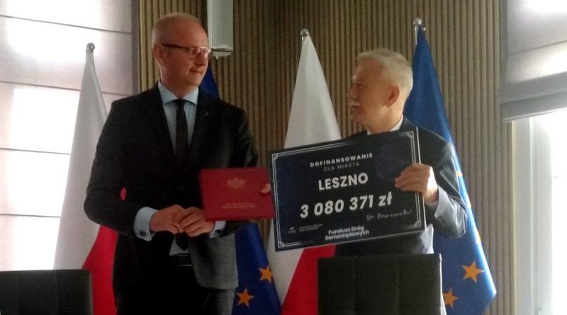 podpisanie umowy z a. mytychem wiceprezydentem leszna 1 800x445 - Wielkopolska: 228 mln zł na drogi z Funduszu Dróg Samorządowych