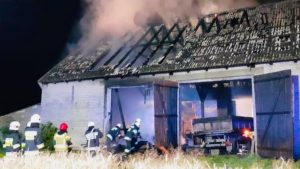 pozar 2 fot. osp wagrowiec 300x169 - Wągrowiec: Tak się pokłócił z synem, że... spalił mu stodołę