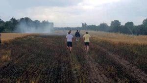 pozar fot. osp golina3 300x169 - Golina: Pożar pola ze zboża w Bobrowie