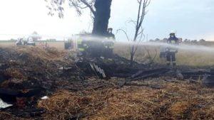 pozar fot. osp granowo3 300x169 - Buk: Spłonęło zboże na polu. Jedna osoba poszkodowana