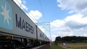 pozar hamulcow fot. osp golina4 300x169 - Konin: Pożar hamulców lokomotywy. Zablokowana trasa kolejowa i droga