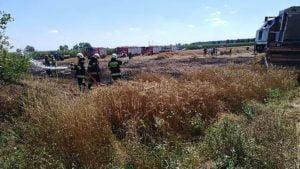pozar zboza fot. osp pogorzela3 300x169 - Jarocin: Pożar zboża na polu w Bułakowie. Z powodu... kombajnu