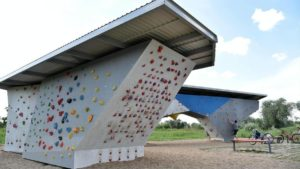 scianka wspinaczkowa przy hlonda fot. ump2 300x169 - Poznań: Ścianki wspinaczkowe nad Wartą oddane do użytku