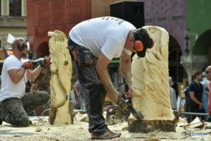 speed wood carving fot. przemyslaw lukaszyk 01 3 300x200 - Poznań: Leśne strachy na Starym Rynku, czyli konkurs rzeźbienia w drewnie
