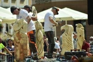 speed wood carving fot. przemyslaw lukaszyk 01 300x200 - Poznań: Leśne strachy na Starym Rynku, czyli konkurs rzeźbienia w drewnie