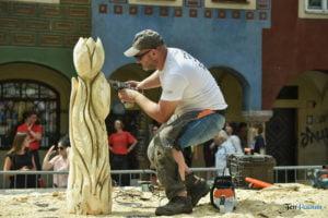 speed wood carving fot. przemyslaw lukaszyk 01 7 300x200 - Poznań: Leśne strachy na Starym Rynku, czyli konkurs rzeźbienia w drewnie