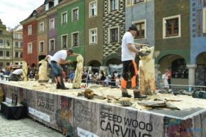 speed wood carving fot. przemyslaw lukaszyk 01 8 300x200 - Poznań: Leśne strachy na Starym Rynku, czyli konkurs rzeźbienia w drewnie