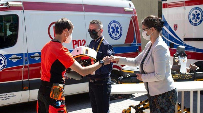 Paulina Stochniałek przekazuje pogotowiu urządzenia do mechanicznej kompresji klatki piersiowej fot.PR