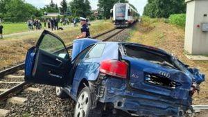 wypadek 2 fot. osp plewiska 300x169 - Poznań: Zderzenie samochodu z szynobusem. Jedna osoba ranna