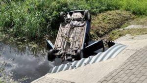 wypadek fot. osp golina 300x169 - Golina: Samochód dachował i... wylądował w kanale