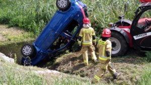 wypadek fot. osp golina2 300x169 - Golina: Samochód dachował i... wylądował w kanale