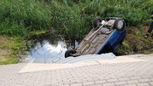 wypadek fot. osp golina4 300x169 - Golina: Samochód dachował i... wylądował w kanale