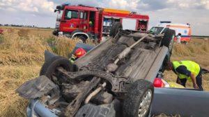 wypadek fot. osp jot krobia 300x169 - Leszno: Dachowanie samochodu w Krobi. Dwie osoby ranne