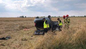wypadek fot. osp jot krobia2 300x169 - Leszno: Dachowanie samochodu w Krobi. Dwie osoby ranne