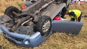 wypadek fot. osp jot krobia4 300x169 - Leszno: Dachowanie samochodu w Krobi. Dwie osoby ranne