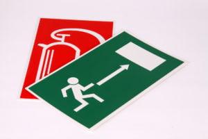 2 rodzajeznakowbezpieczenstwa fot. art. spon. 300x200 - Znaki ewakuacyjne - niezbędne oznaczenia każdego budynku