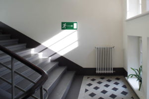 4 znak bezpieczenstwa fot. art. spon. 300x200 - Znaki ewakuacyjne - niezbędne oznaczenia każdego budynku