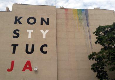 Poznań: Kolejna tęcza – przy muralu z Konstytucją