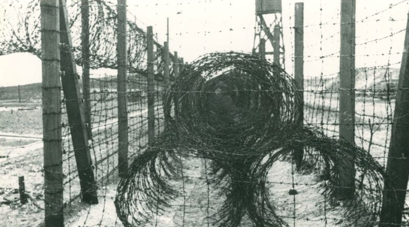 obóz w Żabikowie, ogrodzenie z drutu kolczastego fot. Cyryl