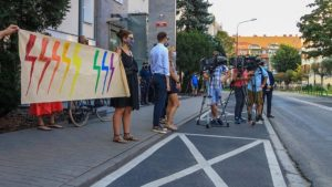 protest przeciw homofobii fot. s. wachala 1 300x169 - Poznań: Tęczowe flagi przed komendą policji i protest przeciwko homofobii