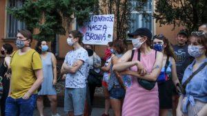 protest przeciw homofobii fot. s. wachala11 300x169 - Poznań: Tęczowe flagi przed komendą policji i protest przeciwko homofobii
