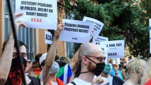 protest przeciw homofobii fot. s. wachala7 300x169 - Poznań: Tęczowe flagi przed komendą policji i protest przeciwko homofobii
