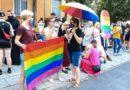 Poznań: Tęczowe flagi przed komendą policji i protest przeciwko homofobii