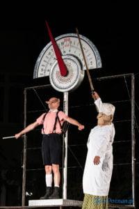 """swiniopolis teatr biuro podrozy fot. slawek wachala 5509 200x300 - Festiwal na Wolnym Powietrzu: """"Świniopolis"""" na zakończenie"""