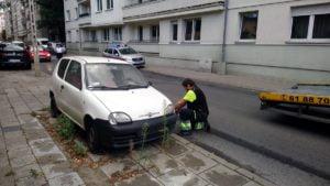 usuwanie wrakow fot. smmp 300x169 - Poznań: Kolejne wraki zniknęły z ulic miasta