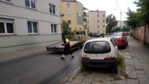 usuwanie wrakow fot. smmp.4 300x169 - Poznań: Kolejne wraki zniknęły z ulic miasta