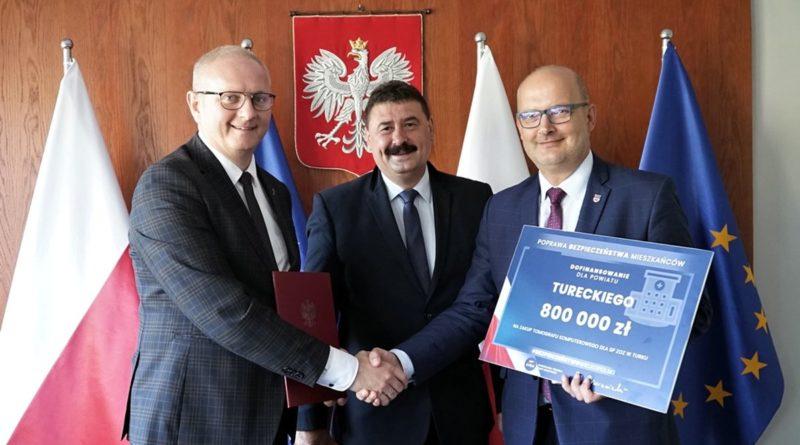 Wojewoda Łukasz Mikołajczyk przekazuje środki na tomograf fot. WUW