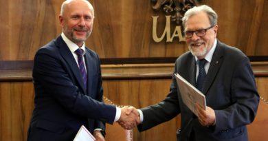 zastępca prezydenta B. Guss i rektor prof. A. Lesicki fot. UAM