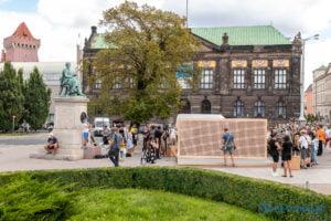 znikajacy mur fot. slawek wachala 8878 300x200 - Poznań: Znikający Mur na placu Wolności. Na finał Malty