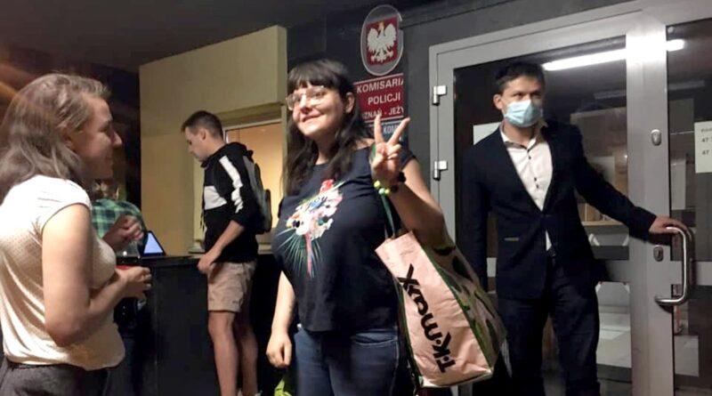 Anna Bąk wypuszczona z komisariatu fot. partia Razem