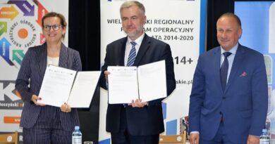 Krotoszyn: podpisanie umowy z Joanna Jarocką, dyrektor KOK, w obecności burmistrza Franciszka Marszałka fot. UMWW