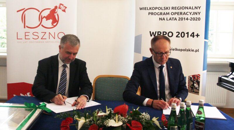Marszałek Marek Woźniak, prezydent Łukasz Borowiak podpisanie umowy w sprawie remontu Ratusza fot. UMWW
