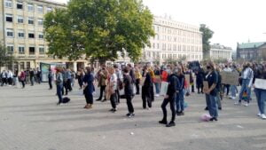 mlodziezowy strajk klimatyczny4 300x169 - Poznań: Młodzieżowy Strajk Klimatyczny na placu Wolności