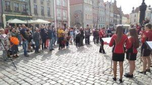 Poznań: Orkiestra dęta i policja przemaszerowały przez Stary Rynek. Z powodu... Grandy!