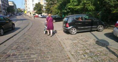 Poznań: Pieszy na jezdni, samochód na chodniku, czyli parkowanie w mieście