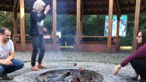 sprzatanie lasu przez posum fot. posum 300x169 - Poznań: Pracownicy POSUM posprzątali las w Łopuchówku