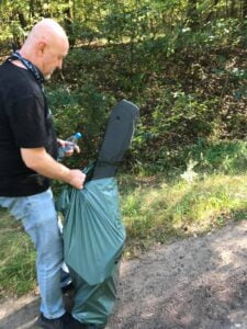 sprzatanie lasu przez posum fot. posum2 225x300 - Poznań: Pracownicy POSUM posprzątali las w Łopuchówku