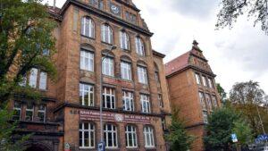 szkola berwinskiego remont fot. pim4 300x169 - Poznań: Na fasadzie szkoły przy Berwińskiego już widać efekty remontu!