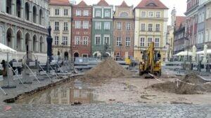 bruk 2 300x169 - Poznań: Spod bruku na Starym Rynku wyłonił się... bruk