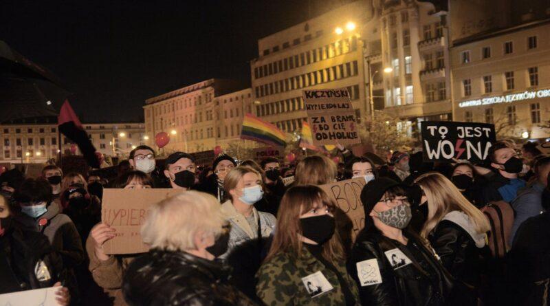 demonstracja przeciwko wyrokowi tk fot. k. adamska 2 800x445 - Poznań: Tysiące ludzi ruszyło pod pałac arcybiskupa. Policja użyła gazu