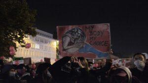 Poznań: Tysiące ludzi ruszyło pod pałac arcybiskupa. Policja użyła gazu