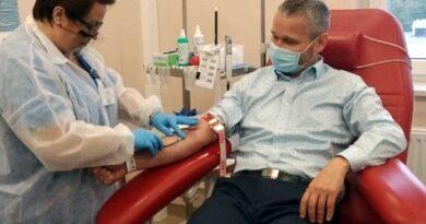 Jędrzej Solarski, zastępca prezydenta, oddaje krew fot. UMP