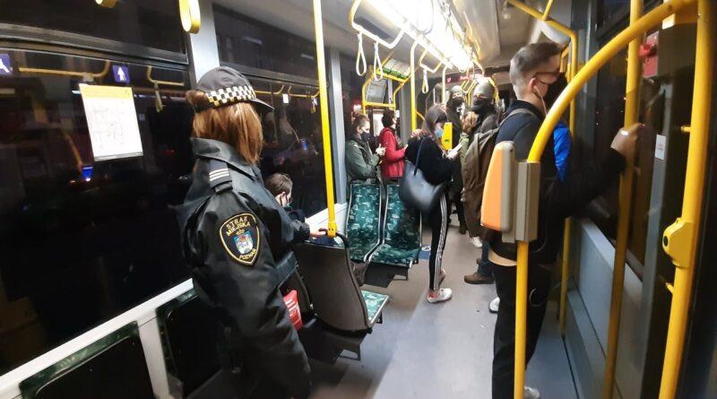 Poznań: Coraz mniej osób nosi maseczki w komunikacji publicznej
