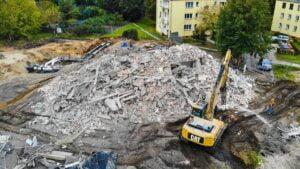 ostatni wyburzony budynek naramowice fot. pim 300x169 - Poznań: Ostatni budynek na trasie tramwaju na Naramowice wyburzony