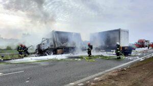 pozar ciezarowki fot. osp bralin 300x169 - Kępno: Pożar wojskowej ciężarówki. S8 zablokowana